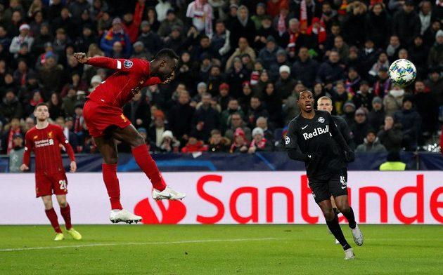 Naby Keita (druhý zleva) střílí hlavou první gól Liverpoolu v utkání Ligy mistrů v Salcburku.