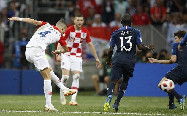 Chorvatský záložník Ivan Perišič vyrovnává ve finále s Francií na 1:1.