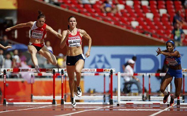 Zatímco Yadisleidis Pedrosová z Itálie (vpravo) padá, Zuzana Hejnová míří s přehledem do cíle jako první.