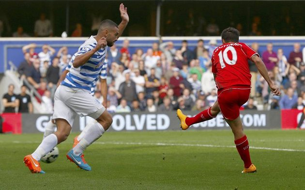 Liverpoolský záložník Philippe Coutinho (vpravo) střílí gól proti QPR.
