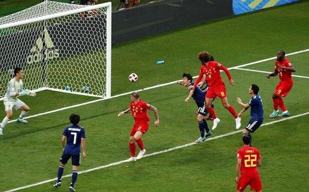 Střídající záložník Belgie Marouane Fellaini střílí gól na 2:2.