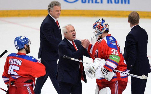 Trenér Lva Praha Václav Sýkora (uprostřed) a brankář Petri Vehanen oslavují vítězství a postup do finále KHL.