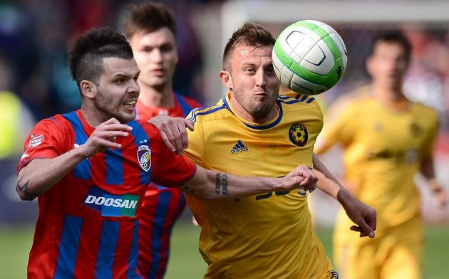 Michal Ďuriš z Plzně (vlevo) a Jiří Krejčík v utkání 24. kola Gambrinus ligy.
