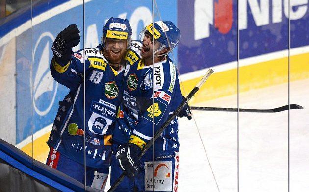 Střelec Libor Pivko (vlevo) se raduje se spoluhráčem z Komety Brno Hynkem Zohornou z branky, kterou vstřelil Spartě v sedmém utkání semifinálové série.