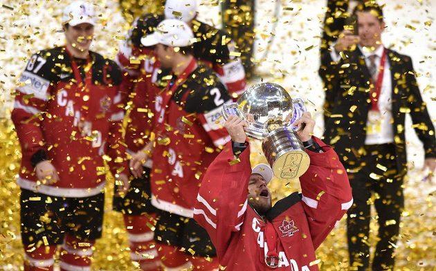 Kanadský brankář Mike Smith s trofejí pro mistry světa.