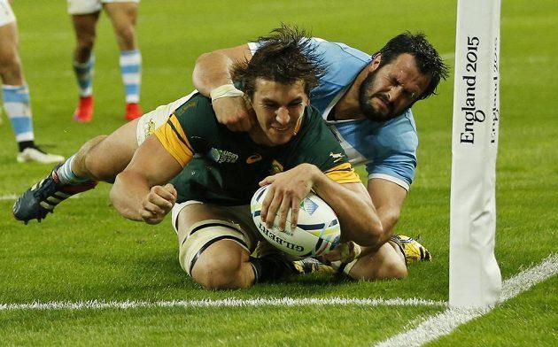 Eben Etzebeth pokládá další pětku Jihoafričanů proti Argentině.