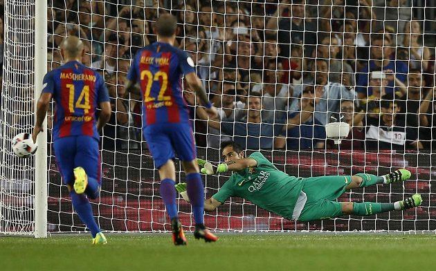Brankář Barcelony Claudio Bravo (vpravo) likviduje penaltu v zápase proti Seville.