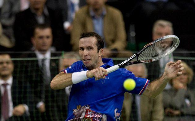 Český reprezentant Radek Štěpánek v utkání finále Davisova poháru proti srbské jedničce Novaku Djokovičovi.