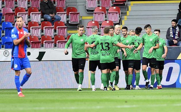 Hráči Příbrami se radují z gólu.