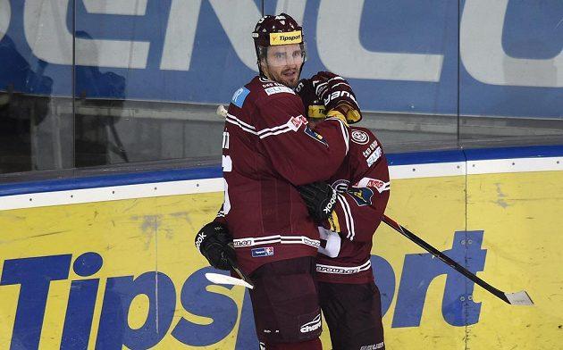 Hokejisté Sparty Praha Petr Kumstát (vlevo) a Lukáš Pech se radují z gólu proti Olomouci.