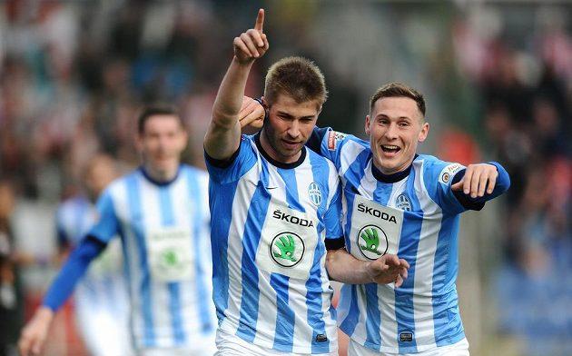 Fotbalisté Mladé Boleslavi Pavel Šultes (vlevo) a Jan Bořil oslavují druhý gól proti pražské Slavii.