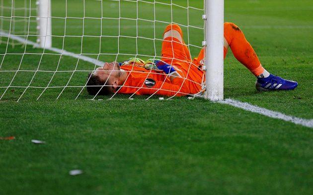 Zraněný Tomáš Vaclík ze Sevilly během utkání se Slavií.