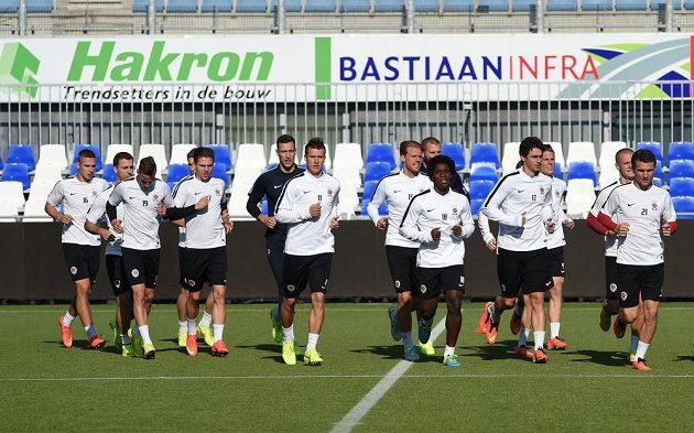 Fotbalisté Sparty během předzápasového tréninku na umělé trávě ve Zwolle.