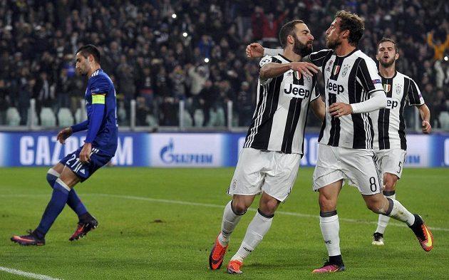 Útočník Juventusu Gonzalo Higuaín (třetí zprava) slaví se spoluhráči gól proti Lyonu.