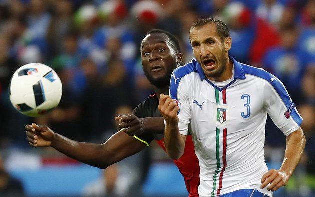 Belgičan Romelu Lukaku (vlevo) a Ital Giorgio Chiellini bojují o to, kdo bude u míče ve výhodnější pozici.
