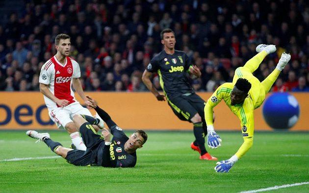 Míč míří do brány Ajaxu. Ležící Cristiano Ronaldo z Juventusu se může začít radovat.