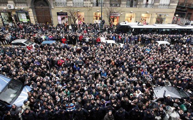 Tisíce fanoušků před jedním z neapolských hotelů, kde se Maradona ubytoval.