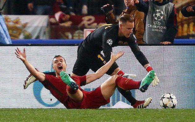 Útočník AS Řím Edin Džeko a jeho gesto poté, co byl faulován v pokutovém území v utkání Ligy mistrů s Barcelonou.