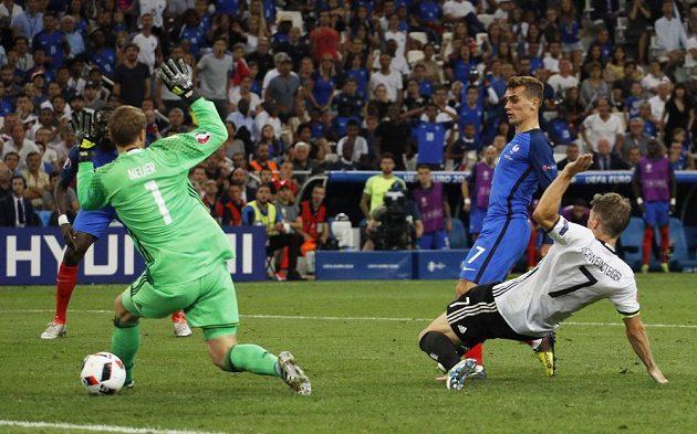 Francouz Antoine Griezmann (druhý zprava) střílí gól německému brankáři Manuelu Neuerovi (vlevo).