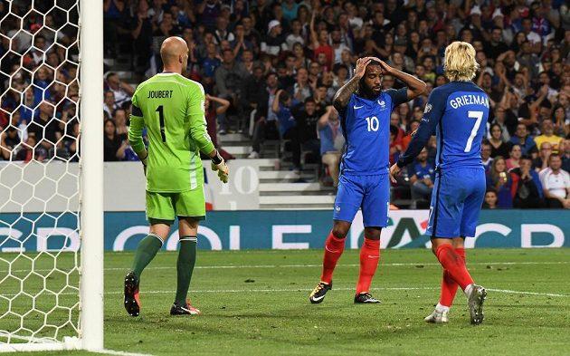 Francouzský útočník Alexandre Lacazette se drží za hlavu poté, co neproměnil svou velkou šanci.