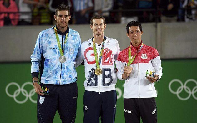 Medailisté z olympijské dvouhry - zleva stříbrný Juan Martín del Potro, zlatý Andy Murray a bronzový Kei Nišikori.