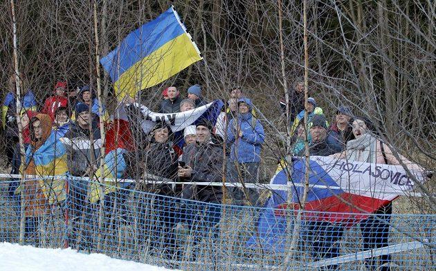Fanoušci za plotem areálu v Novém Městě na Moravě.