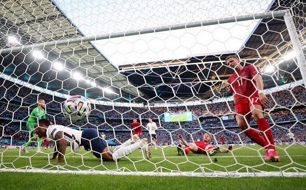 Gól! Semifinále je srovnáno na 1:1 poté, co si Dán Simon Kjaer (druhý zprava) vstřelil vlastní gól.