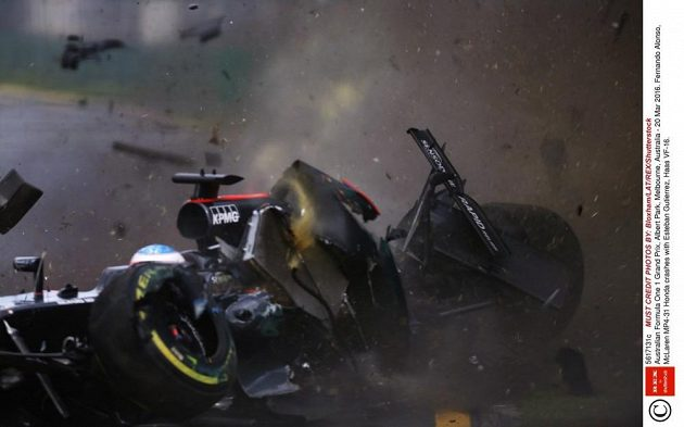 Nehoda Estebana Gutierreze z Haas F1 Teamu s Fernandem Alonsem z McLarenu při GP Austrálie.