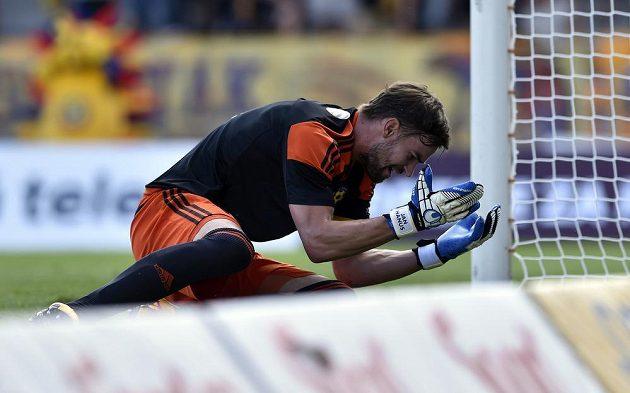 Brankář Jihlavy Jan Hanuš nejprve inkasoval první gól po teči svého spoluhráče, ani s volejem Jana Kopice nic nezmohl.