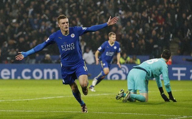 Útočník Leicesteru Jamie Vardy slaví gól proti Chelsea v dohrávce 16. kola Premier League.
