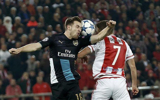 Aaron Ramsey (vlevo) z Arsenalu v hlavičkovém souboji s Kostasem Fortunisem z Olympiakosu Pireus.