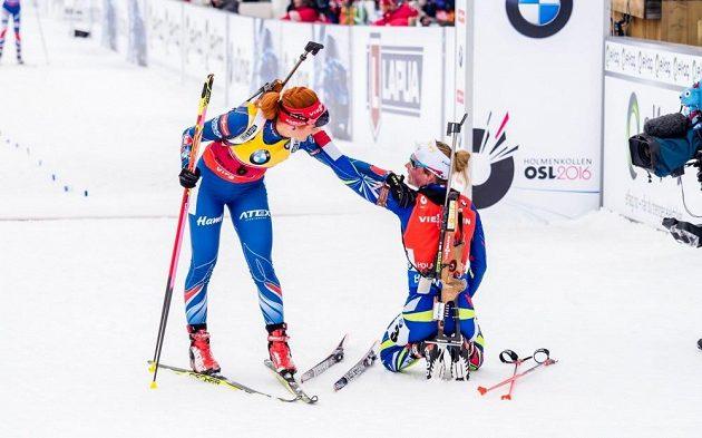 Gabriela Soukalová (vlevo) gratuluje v cílí vítězce závodu s hromadným startem Marii Dorinové Habertové z Francie.
