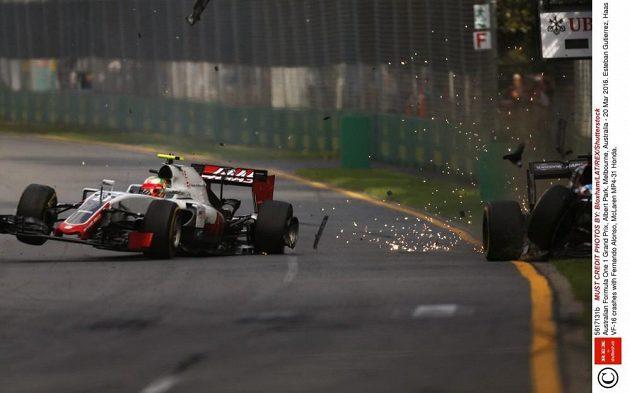 Nehoda Estebana Gutierreze z Haas F1 Teamu (vlevo) s Fernandem Alonsem z McLarenu během 18. kola GP Austrálie.
