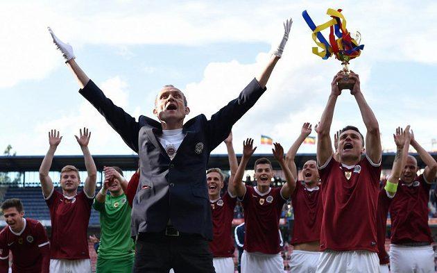 Sparťanský kapitán David Lafata drží nad hlavou improvizovanou trofej pro vítěze Gambrinus ligy. Vlevo je masér Letenských Tomáš Stránský.