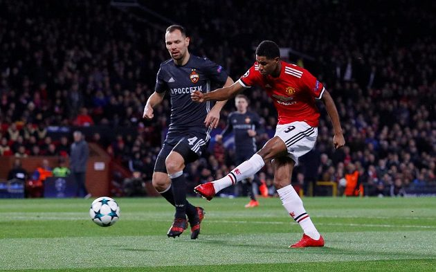 Marcus Rashford z Manchesteru United pálí na branku CSKA Moskva.