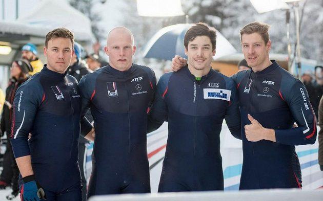 Jakub Nosek (druhý zprava) ve společnosti Adama Dobeše (vlevo), Jana Šindeláře a pilota českého čtyřbobu Dominika Dvořáka (vpravo).