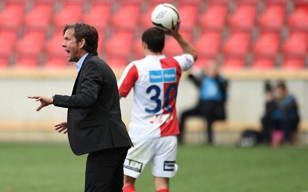 Trenér Slavie Praha Alex Pastoor udéluje svým svěřencům pokyny.