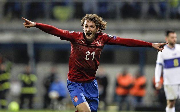 Alex Král se raduje, podílel se i na druhém českém gólu proti Kosovu.
