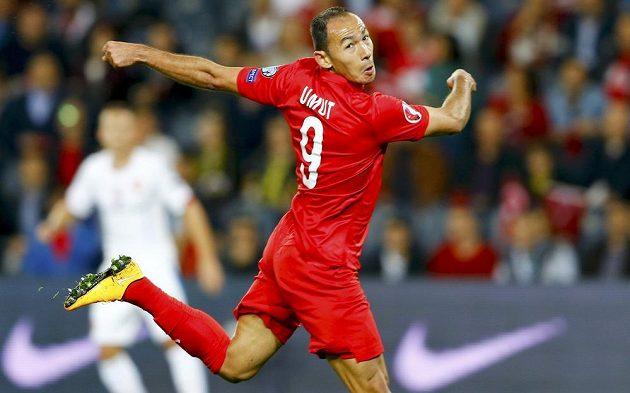 Turecký útočník Umut Bulut střílí gól v kvalifikačním zápase proti České republice.