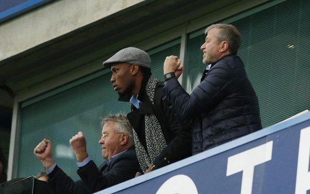 Nový trenér Chelsea Guus Hiddink, Didier Drogba a vlastník Roman Abramovič oslavují gól do sítě Sunderlandu.