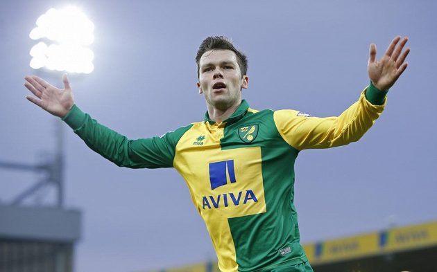 Záložník Norwiche Jonathan Howson slaví gól v síti Aston Villy.