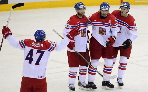 Český reprezentant Jaromír Jágr (druhý zprava) přijímá gratulace ke gólu od spoluhráčů (zleva) Michala Jordána, Jakuba Kindla a Tomáše Hertla.