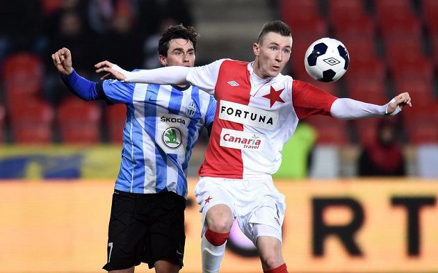 Jaromír Zmrhal ze Slavie Praha (vpravo) a mladoboleslavský záložník Kamil Vacek bojují o míč.