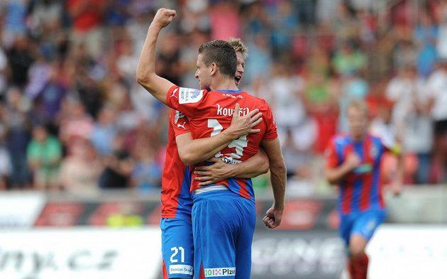 Hráči Plzně Jan Kovařík (zády) a Václav Procházka oslavují první gól během utkání s Baníkem Ostrava.