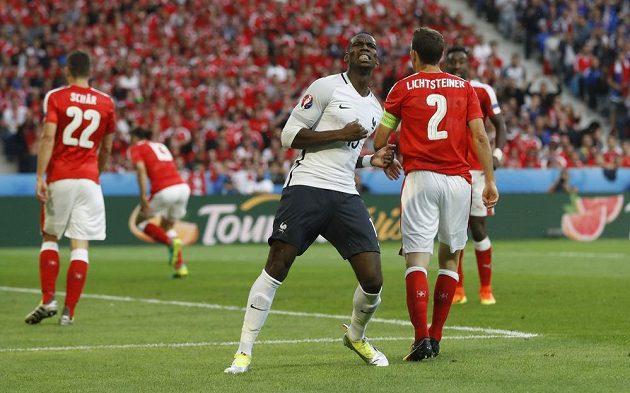 Paul Pogba trefil proti Švýcarsku za 17 minut dvakrát brankovou konstrukci.