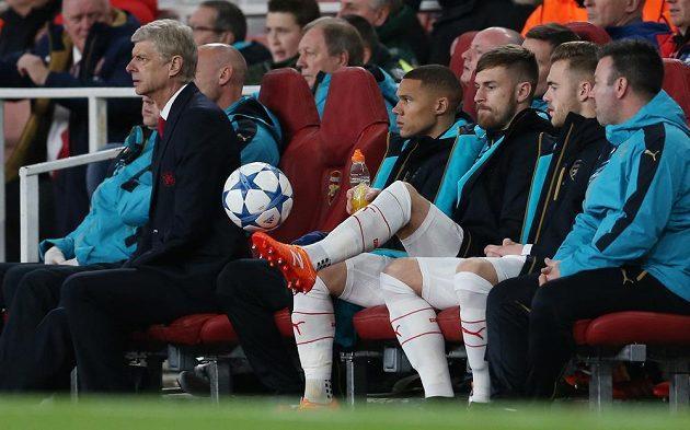 Kouč Arséne Wenger (vlevo) a Aaron Ramsey (třetí zprava), který se po zranění objevil na lavičce Arsenalu při zápase LM s Dinamem Záhřeb.