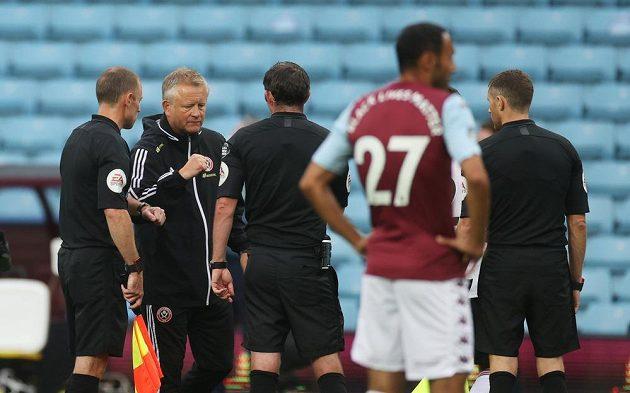 Kouč Sheffieldu United Chris Wilder se po zápase s Aston Villou zdraví s rozhodčím Michaelem Oliverem.