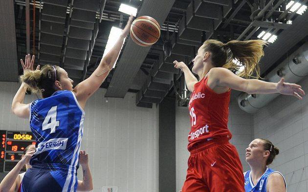 Milica Deuraová z Bosny a Beáta Adamcová z ČR v akci během přípravného turnaje basketbalistek v Praze.