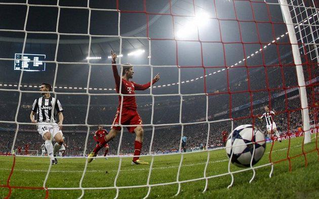 Thomas Müller slaví druhý gól Bayernu Mnichov ve čtvrtfinálovém duelu Ligy mistrů proti Juventusu Turín.