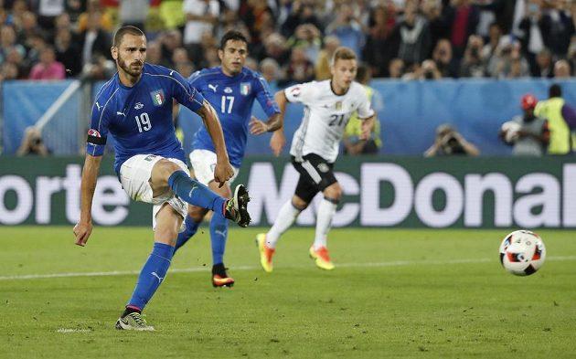 Italský obránce Leonardo Bonucci proměňuje penaltu ve čtvrtfinále ME.